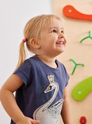 hymyilevä tyttö jumppasalissa