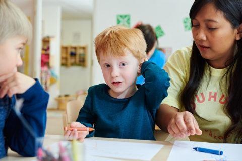 poika-taiteilee-väriliiduilla