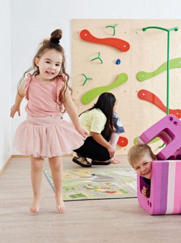 lapset-leikkivät-päiväkodin-liikuntasalissa