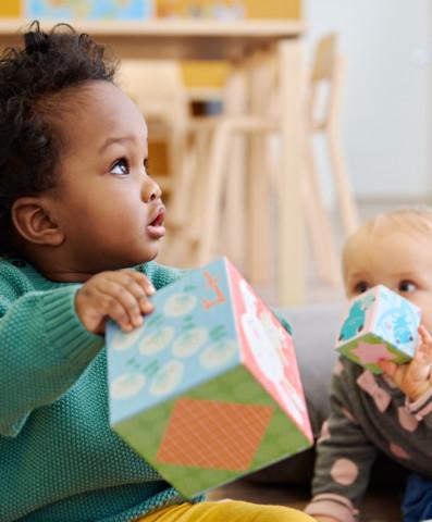 Lapset leikkivät päiväkodissa palikoilla