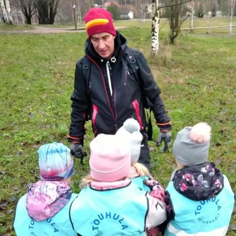 Timo Mononen työskentelee varhaiskasvatuksen lastenhoitajana.