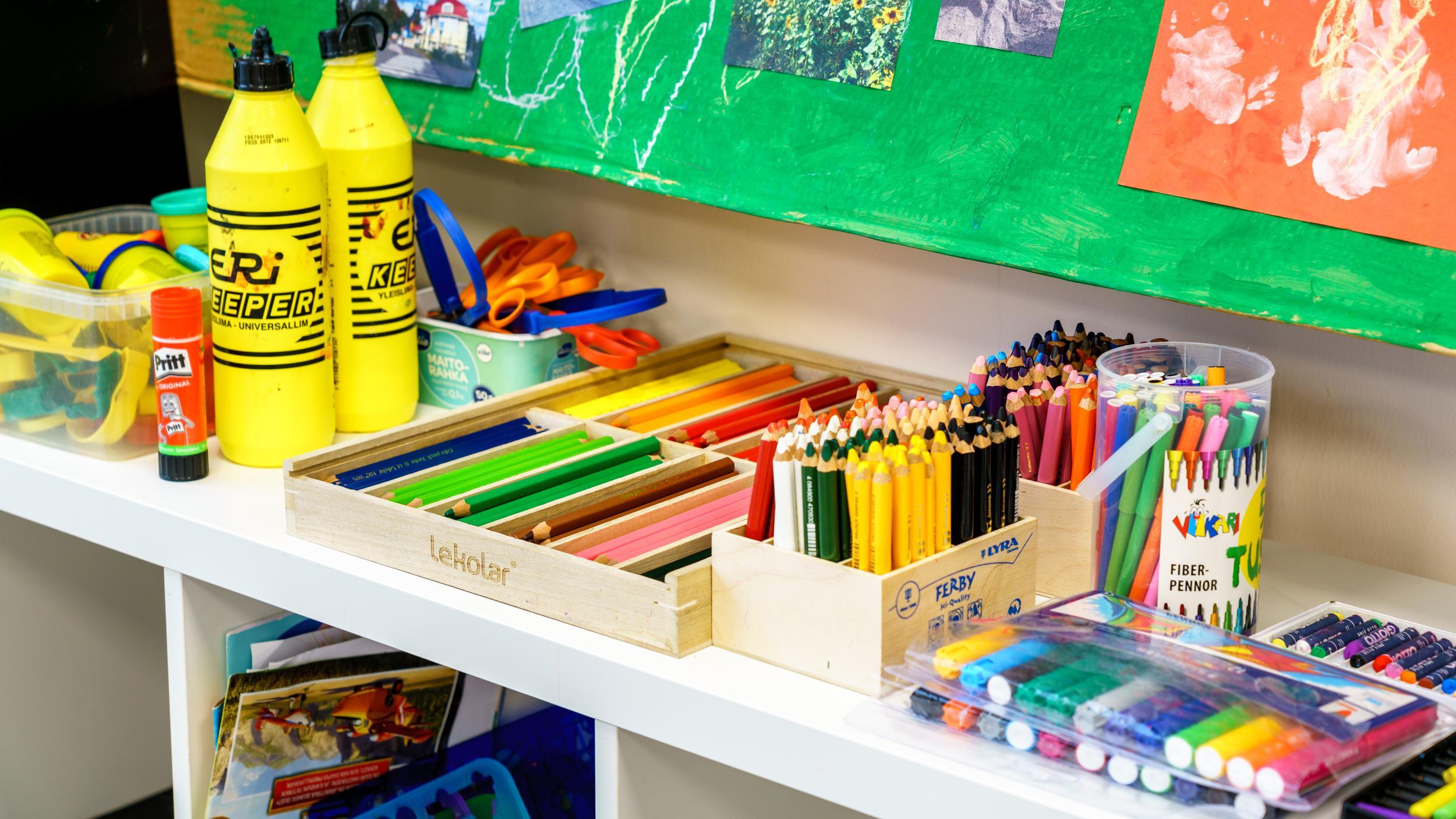 Päiväkodin taidetarvikkeita lasten taiteiluun